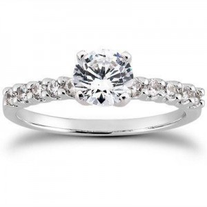 Round Elegant Engagement Ring in 14K Yellow Gold